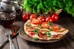 Omelett mit Speck und Tomaten Lizenzfreie Stockfotografie