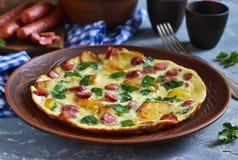 Omelett mit Spinat, Käse und bayerischen Würsten Stockfotografie