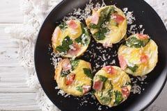 Omelett mit Spinat, Schinken und Käse auf einer Plattennahaufnahme auf dem t Lizenzfreie Stockfotos