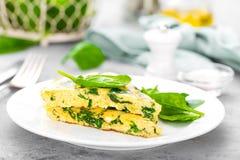 Omelett mit Spinatsblättern Omelett auf Platte, durcheinandergemischte Eier Stockbilder