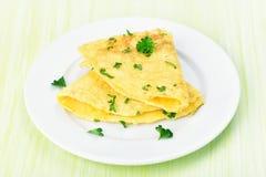 Omelett på den vita plattan Arkivfoton