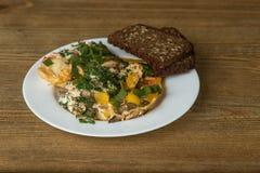 Omelett på en platta på en trätabell fotografering för bildbyråer