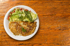 Omelett und Salat Stockfotos