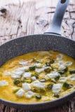 Omelett von den Eiern Spargel und Käse in der keramischen Wanne auf altem eichenem Tisch Lizenzfreie Stockfotos