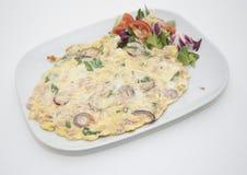 Omelette avec de la salade Photos libres de droits