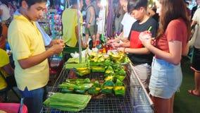 Omelette avec des feuilles de banane, Chiang Mai, Thaïlande clips vidéos