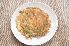 Omelette avec des légumes, acacia s'élevant Photo libre de droits