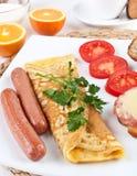 Omelette avec des saucisses et des oeufs de Bolied Image stock