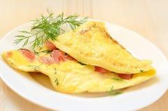 Omelette avec des tomates et des herbes Photographie stock