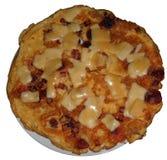 Omelette avec du fromage, le lard et le jambon, d'isolement sur le blanc Image libre de droits
