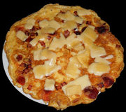 Omelette avec du fromage, le lard et le jambon, d'isolement sur le noir Photo stock