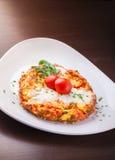 Omelette avec du jambon et le rucola de tomate de fromage Photo stock