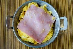 Omelette avec du jambon sur le dessus Photographie stock libre de droits
