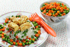 Omelette avec du riz et des légumes pour des enfants Photos libres de droits