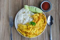 Omelette avec du riz, nourriture thaïlandaise, cette cuisine, déjeuner facile thaïlandais Images stock