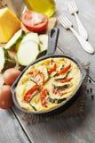 Omelette avec la courgette et les tomates Photographie stock libre de droits