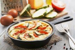 Omelette avec la courgette et les tomates Image stock