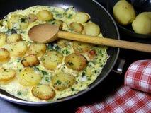 Omelette avec la pomme de terre et les herbes Image libre de droits
