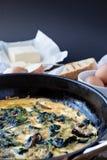 Omelette avec les champignons et les épinards sauvages, vue d'en haut Images stock