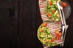 Omelette avec les tomates-cerises, le poivron doux et les herbes pour 2 personnes Image stock