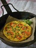 Omelette avec les tomates et le basilic Photo libre de droits
