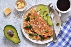 Omelette avec les tomates, le fromage et le basilic dans un plat sur la table de cuisine Vue de ci-avant photographie stock libre de droits