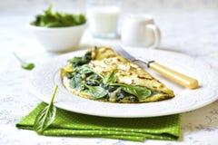 Omelette bourrée des épinards et du fromage photographie stock