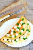 Omelette casalinga dell'uovo farcita con i cubi del tofu ed il prezzemolo fresco su un bordo di legno Forcella, coltello, tessuto Fotografie Stock Libere da Diritti