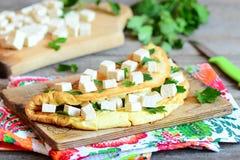 Omelette casalinga farcita con i cubi del tofu ed il prezzemolo fresco su un bordo di legno Fotografie Stock Libere da Diritti