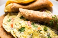 Omelette, omelette chapati rolka/staczający się z omletem indianina roti lub obrazy stock