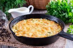 Omelette con formaggio ed il porro immagine stock
