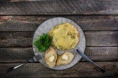 Omelette con i pomodori, lo zucchini ed i funghi serviti dalla coltelleria Alimento sano della prima colazione dell'omelette Vist fotografia stock libera da diritti