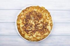 Omelette con il pane della patata sul piatto bianco accanto al coltello per tagliare pane Alimento spagnolo tipico immagini stock