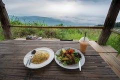 Omelette con insalata di legno sulla tavola davanti alla natura fotografia stock