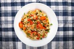 Omelette con le cipolle ed i pomodori dei peperoni dolci Fotografia Stock