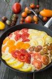 Omelette con le verdure ed il formaggio Frittata in una padella Fotografia Stock Libera da Diritti