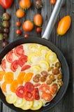 Omelette con le verdure ed il formaggio Frittata in una padella Immagini Stock Libere da Diritti