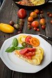 Omelette con le verdure ed il formaggio Frittata in una padella Immagine Stock