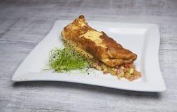 Omelette con le verdure ed il ravanello germogliato Fotografia Stock