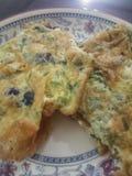 Omelette con oliva e coriandolo su un piatto di mattina Fotografia Stock Libera da Diritti