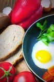 Omelette con pane, i pomodori ed il peperone dolce in pentola della padella Immagine Stock