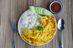 Omelette con riso, alimento tailandese, questa cucina, pranzo facile tailandese Immagini Stock
