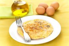 Omelette d'olives et de pommes de terre de champignons de couche images stock