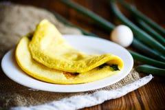 Omelette dalle uova del pollo con la cipolla verde Fotografie Stock Libere da Diritti