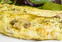Omelette de champignon de couche avec de la salade verte images stock
