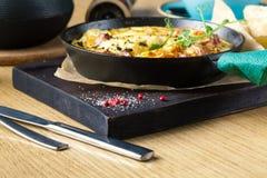 Omelette de jambon et d'oeufs, bio oeufs, herbes fraîches photos stock