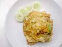 Omelette de style thaïlandais (Khai Jiao), omelette avec des légumes dans le plat blanc, c'est nourriture thaïlandaise traditionn Photographie stock