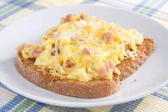 Omelette del prosciutto su pane tostato Fotografia Stock