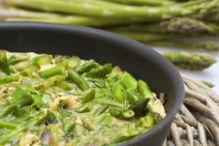 Omelette dell'asparago in un primo piano della vaschetta Immagini Stock Libere da Diritti