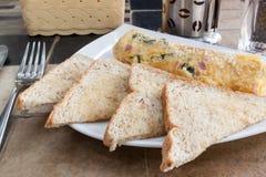 Omelette dell'uovo e del pane tostato, prima colazione Immagine Stock